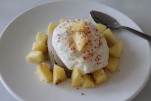Mugcake met ananas en Griekse yoghurt