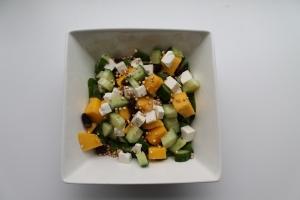 Quinoa salade met feta, mango en rozijnen